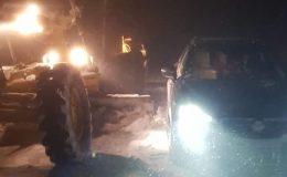 Aniden bastıran kar yağışında köy yolunda mahsur kaldılar