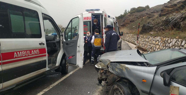 Uşak'ta trafik kazası; 3 yaralı