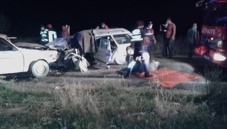 Denizli'de iki otomobil kafa kafaya çarpıştı: 1 ölü, 9 yaralı