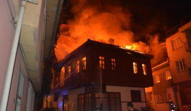 Afyonkarahisar'da tarihi ahşap konaktaki yangın 4 saatin sonunda söndürüldü