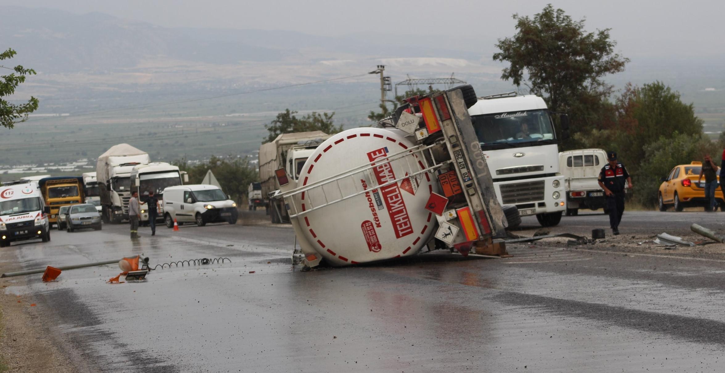 Yağışla birlikte kontrolden çıkan yakıt tankeri devrildi