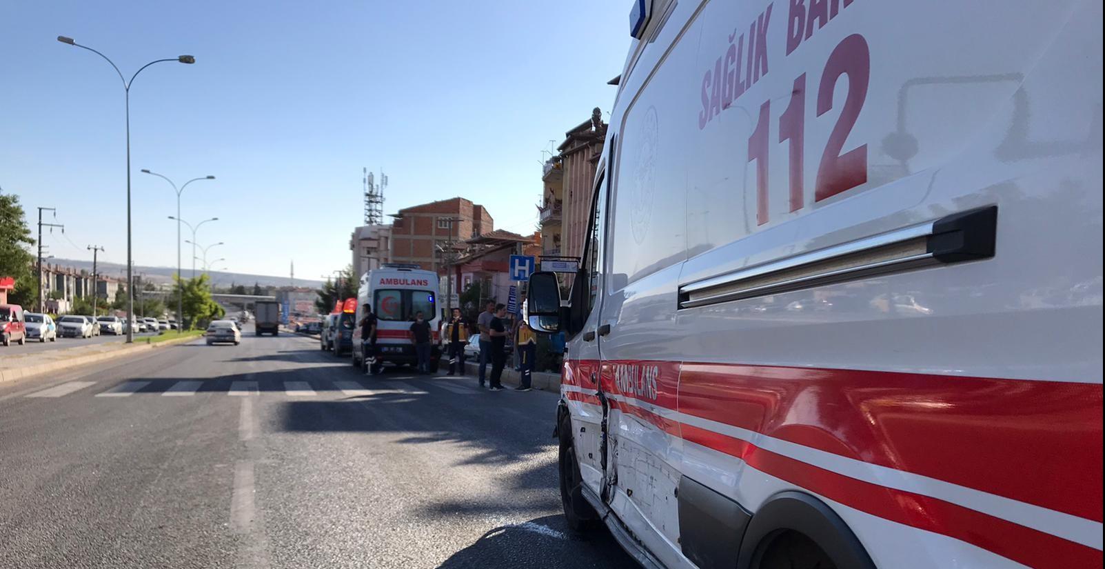 Dinar'da Otomobilin ambulansla çarpıştığı kazada faciadan dönüldü